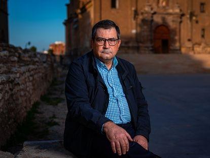 Jorge García, portavoz de Recuperando, la coordinadora que denuncia la inmatriculación de bienes de la Iglesia, ayer ante el templo de San Juan de los Panetes, en Zaragoza, recuperado como propiedad pública tras una inscripción ilegal del obispado.