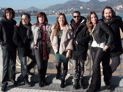 La directora de Turismo, Isabel Muela (centro), y la vicencosjera Pilar Zorrilla junto a los integrantes de La Oreja de Van Gogh.