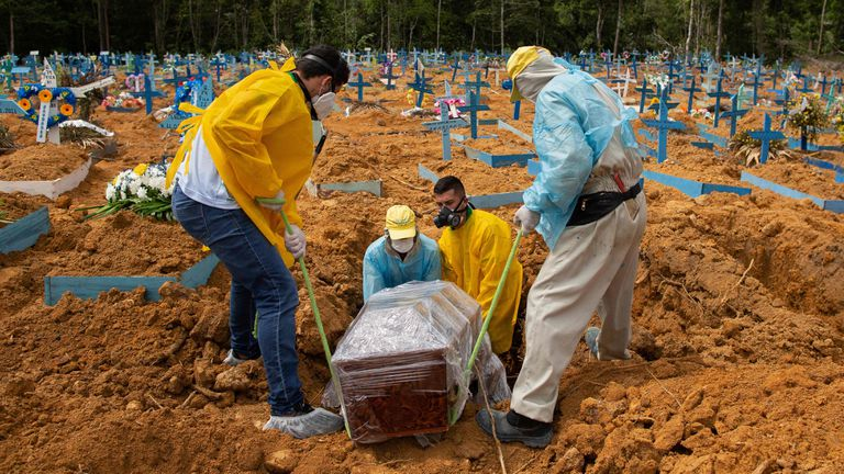 Entierro de una víctima de la covid-19 en el cementerio de la localidad brasileña de Manaus.