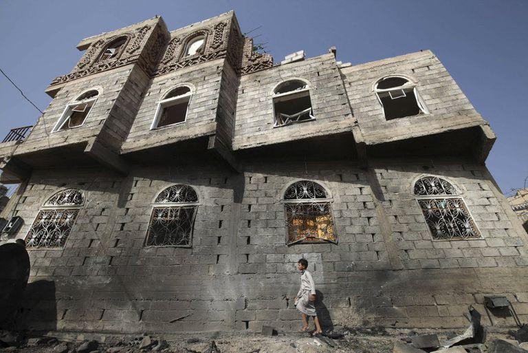 Un niño camina a finales del año pasado por Saná.