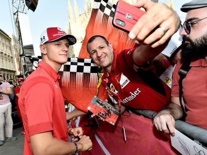 El piloto Mick Schumacher posa para un 'selfie' en un evento en Milán.