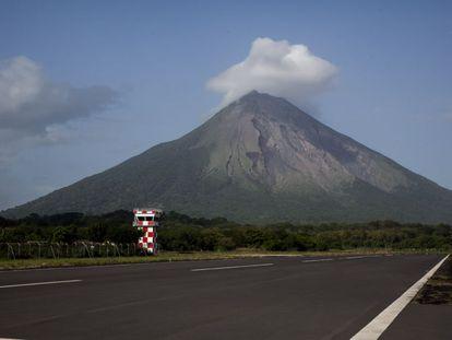 Aeropuerto de Ometepe. En su linde sur está previsto la construcción de un complejo turístico que desplazaría al pueblo de Esquipulas.