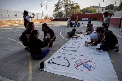 Alumnos preparando carteles para el referéndum del 1 d'octubre.