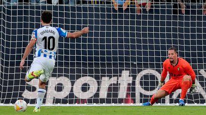 Oyarzabal anota, de penalti, el segundo gol de la Real ante el Cádiz.