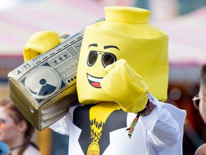 Un asistente a un festival musical en Newport, Inglaterra, baila disfrazado de muñeco de Lego y con un radiocasette que también imita la estética de la marca de juguetes.