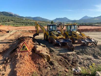 Dos de las máquinas que estaban trabajando en la construcción de la planta embotelladora en Antequera.