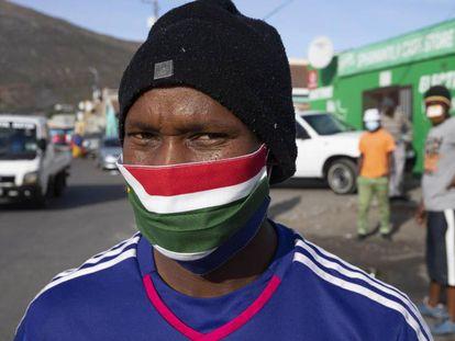 Un hombre sudafricano lleva una mascarilla casera con los colores de su bandera.