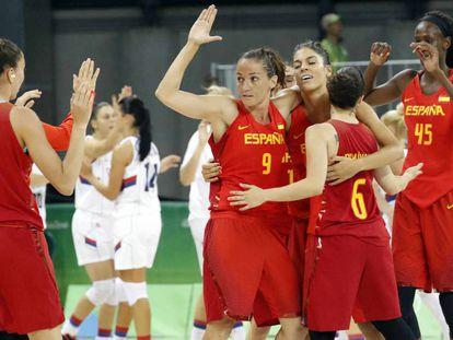 Las jugadoras del equipo femenino de baloncesto de España celebran su victoria ante Serbia el pasado domingo 7 de agosto.