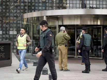 La Guardia Civil registra las oficinas de varias empresas en la torre Mapfre.