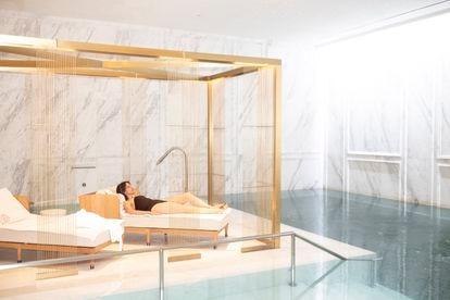 La periodista descansa en la piscina del Mandarin Oriental Ritz.