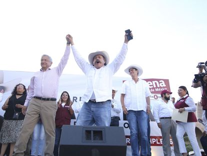 Armando Guadiana Tijerina en un mitin en Coahuila junto a Andrés Manuel López Obrador, en 2017.