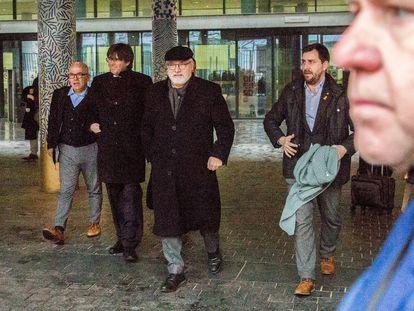 De izquierda a derecha, el abogado Gonzalo Boye, el expresidente de la Generalitat Carles Puigdemont y sus exconsejeros Lluís Puig y Antoni Comín, a la salida de una vista en la fiscalía de Bruselas en febrero de 2020.