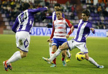 Torje, rodeado de jugadores del Valladolid