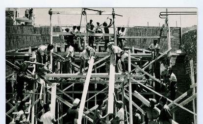 Voluntarios del SUT trabajan en la construcción de un edificio en Alicante en 1957.