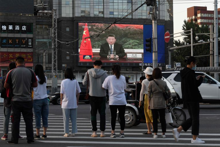 Emisión en Pekín de un programa de noticias con la intervención por videconferencia del presidente chino, Xi Jinping, ante la OMS