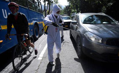 Un hombre desinfecta un automóvil en Bogotá (Colombia), en enero.