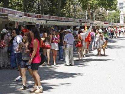 Peregrinos de la Jornada Mundial de la Juventud se interesan por los puestos instalados en la llamada feria de las vocaciones.