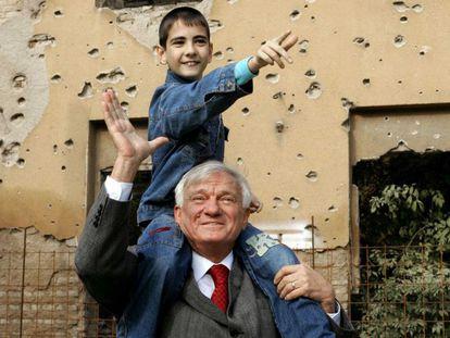 Sarajevo. El general serbio Jovan Divjak, que preside una organización de ayuda a las víctimas de la guerra en Bosnia, con su ahijado, Muhamed, un niño bosnio nacido en 1995 tras morir sus dos hermanos. Pese a ser serbio, Divjak eligió quedarse en Sarajevo y fue uno de los responsables de la defensa de la ciudad.