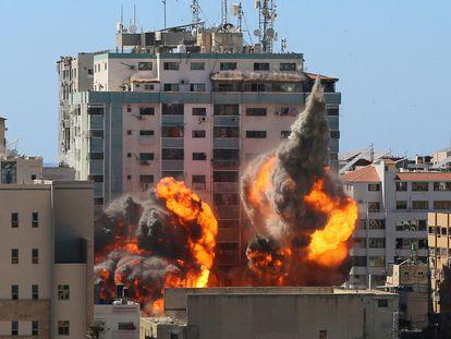 Momento en el que el edificio que albergaba las sedes de AP y Al Jazeera en Gaza es alcanzado por los misiles israelíes, este sábado.