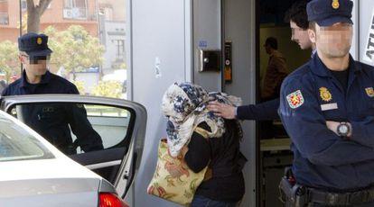 Una empleada de la oficina del Inem de Badalona (Barcelona), arrestada en mayo de 2012 en la Operación Pitiusa.