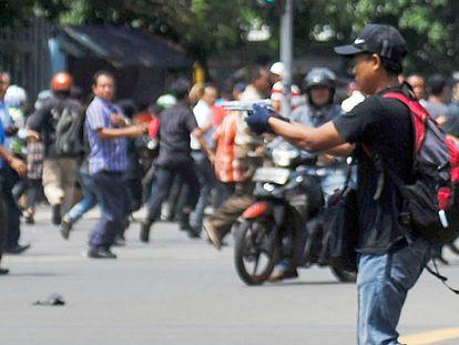 Un hombre sin identificar sujeta una pistola durante el ataque.