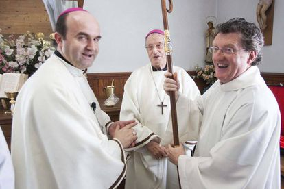 El sacerdote Juan Kruz Mendizabal junto a los obispos Setien y Munilla, en una imagen de archivo.