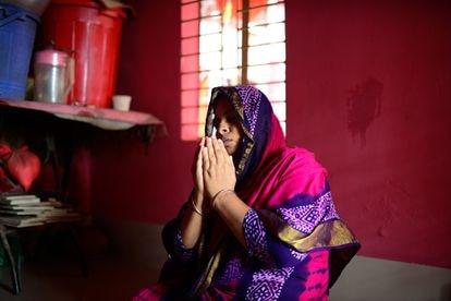 Monowara Begum reza en una pequeña habitación del burdel de Kandapara, en Tangail.