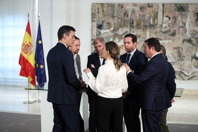 La ministra Yolanda Díaz, junto al presidente Pedro Sánchez, al vicepresidente Pablo Iglesias y a los representantes de sindicatos y patronales, el 30 de enero en La Moncloa.