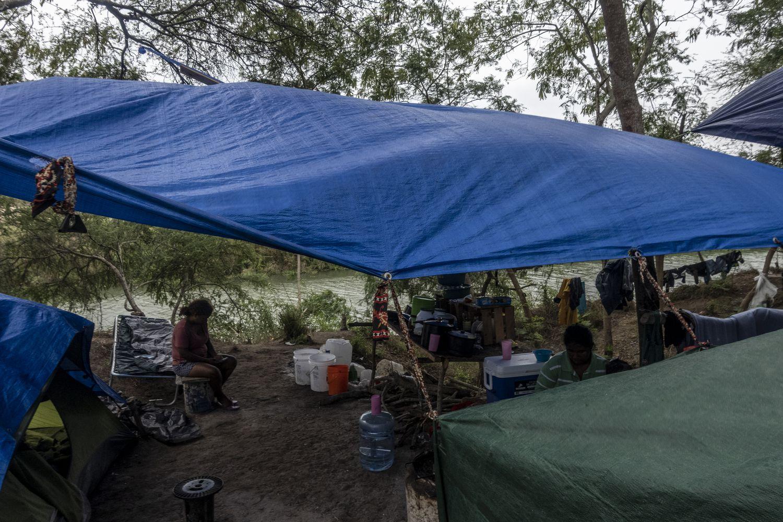 Una familia mexicana en el campamento de Matamoros a las orillas del Río Bravo.