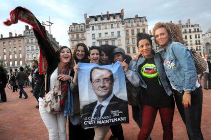Un grupo de simpatizantes de François Hollande celebran su victoria en Lyon.