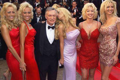 Hugh Hefner posa con un grupo de modelos en el Festival de Cannes en 1999.