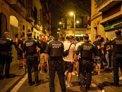 La Guardia Urbana desaloja las grandes masificaciones en el barrio de Gràcia de Barcelona, en la primera noche sin toque de queda.