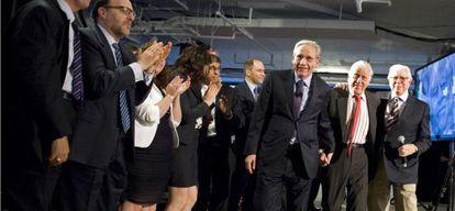 Woodward (izquierda) y Bernstein escoltan a Bradlee durante un homenaje al periodista.