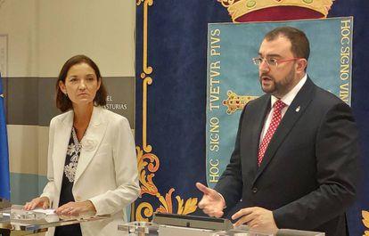 La ministra de Industria, Comercio y Turismo, Reyes Maroto, con el presidente de Asturias, Adrián Barbón