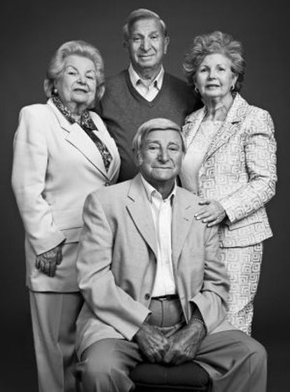 De izquierda a derecha: los supervivientes Sonia Dodyk, Sam Stermer, Sima Dodyk y (sentado) Saul Stermer.
