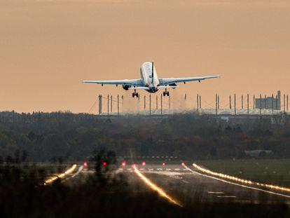 Un Airbus de la compañía Eurowings despega en el aeropuerto de Hamburgo.