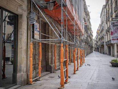 Edificio de viviendas en rehabilitación en Barcelona.