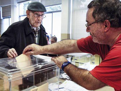 Un anciano frente a una urna durante las elecciones generales de 2011.