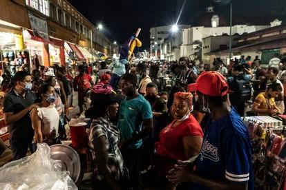 Migrantes provenientes de Haití y Centroamérica venden alimentos en el centro de Tapachula.