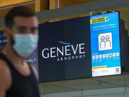 Un hombre con una mascarilla, en el aeropuerto de Ginebra el pasado julio.