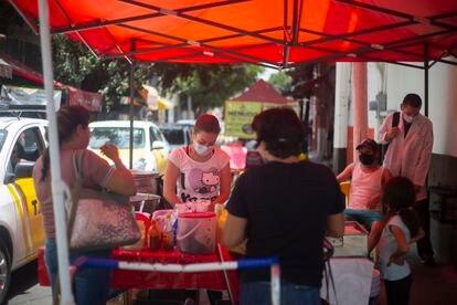 Un puesto ambulante de comida en Guadalajara en mayo.