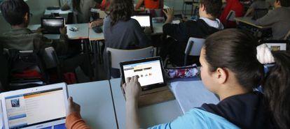 Alumnos con 'tablets' en el Instituto Santamarca de Madrid.