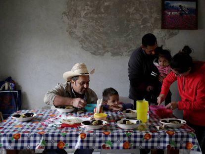 La familia de Jesus Mendoza residente en Laredo, Texas, regreso a Jalpan de Sierra, México, durante la Navidad.