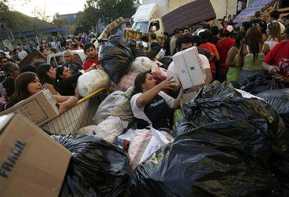 Mientras el ejército ha tomado las calles para evitar saqueos, los chilenos han hecho llegar ropa y comida al sur del país para las víctimas del terremoto.