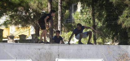 Un grupo de menores salta la valla del centro de acogida de La Línea (Cádiz).