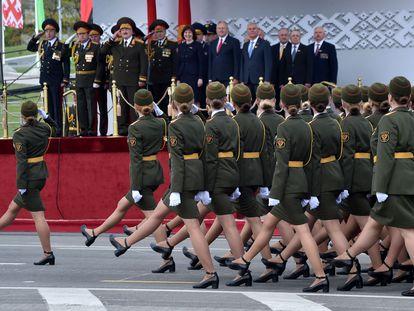Lukashenko, en la tribuna, saluda y observa el desfile militar que conmemora el 75º aniversario de la victoria del Ejército Rojo sobre la Alemania nazi, este sábado en Minsk.