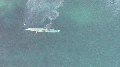 Imagen aérea del narcosubmarino apresado en la costa de Pontevedra.