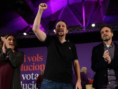 Pablo Iglesias, con Colau y Asens, este miércoles en Barcelona. En vídeo, el candidato de Unidas Podemos a la Presidencia.