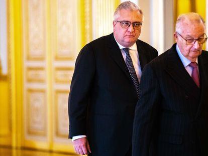 El rey emérito Alberto de Bélgica y detrás su hijo, el príncipe Lorenzo, en el palacio real en diciembre de 2018.
