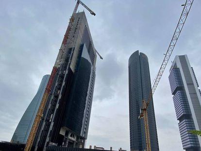 Obras de la Torre Caleido en el entorno de las Cuatro Torres de Madrid, en abril.